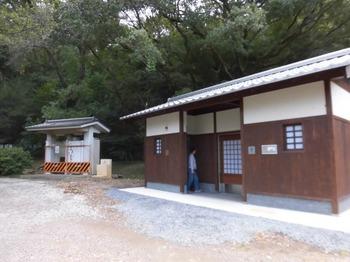 5.一灯園疏水に出来たてのトイレと旧トイレ664x498.jpg